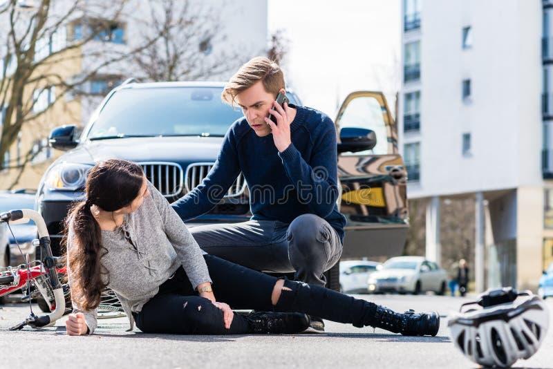 担心的年轻司机叫救护车在击中以后acciden 图库摄影