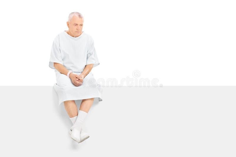 担心的成熟患者坐一个备用面板 库存照片