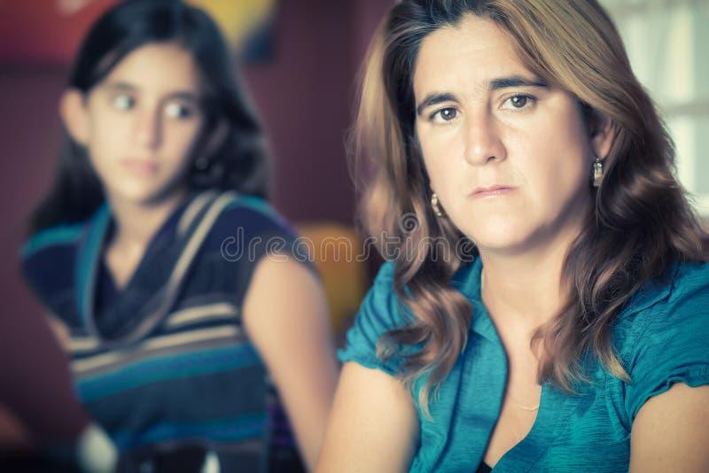 担心的母亲和她的十几岁的女儿 免版税库存图片