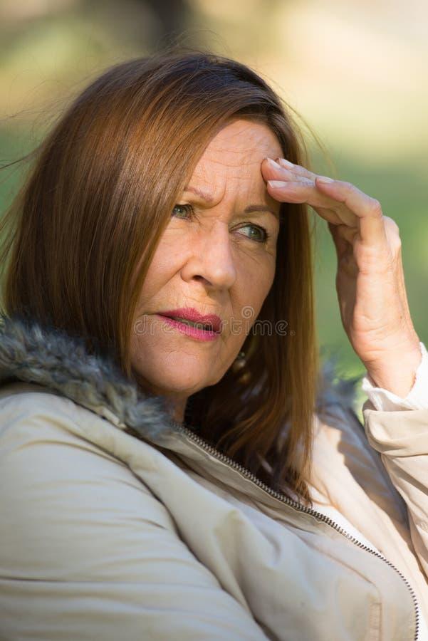 担心的被注重的可爱的成熟妇女 免版税库存图片
