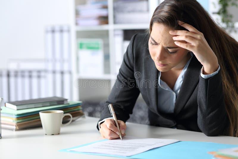 担心的高管签署合同 库存照片