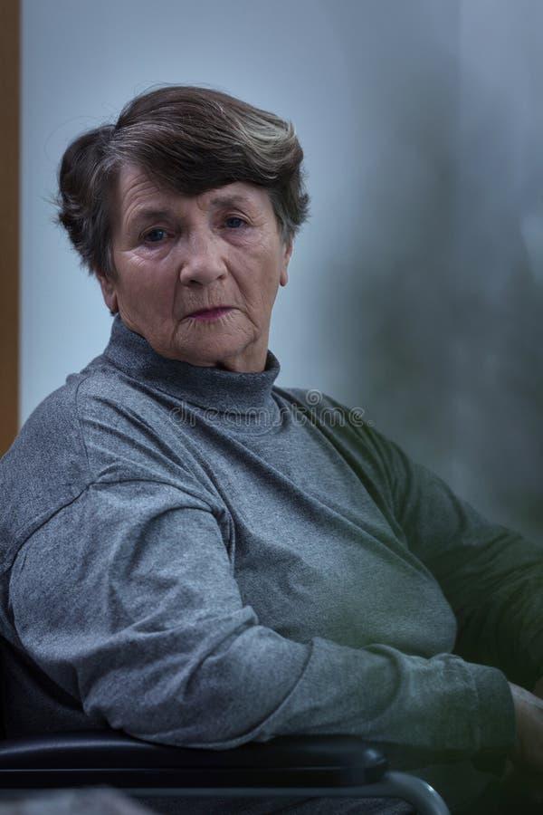 担心的绝望前辈妇女 免版税库存图片