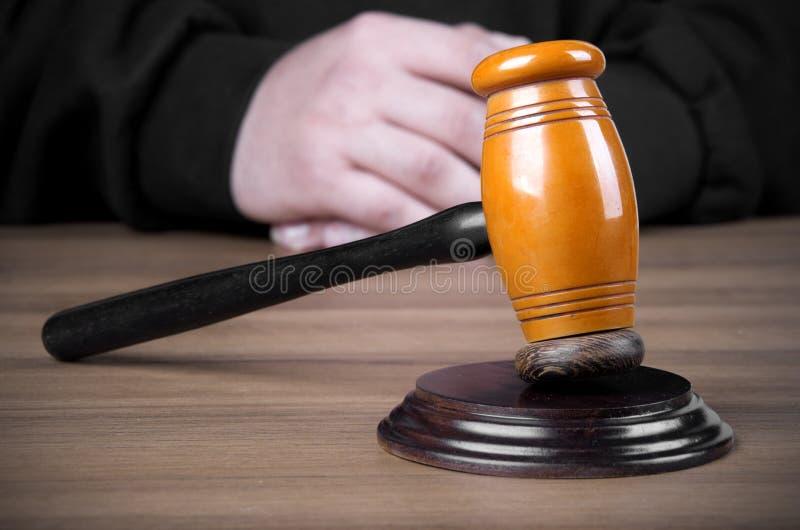 担任仲裁锤子和一个人司法长袍的