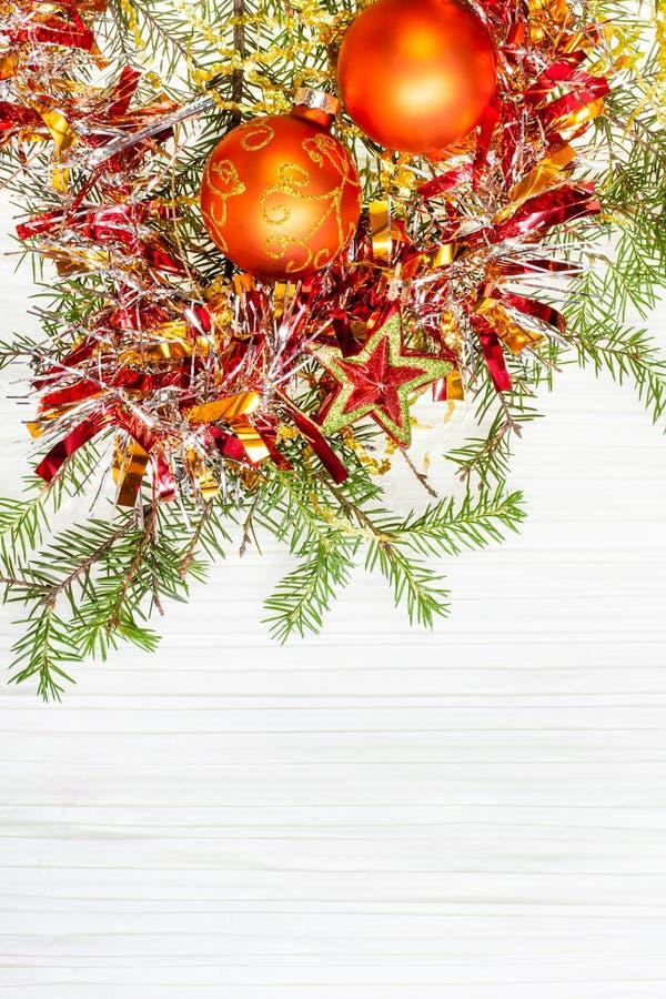 担任主角和两个橙色Xmas中看不中用的物品和枝杈在纸 图库摄影