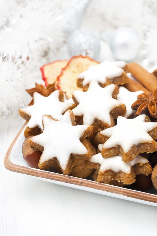 担任主角曲奇饼、坚果和香料圣诞节的在碗 免版税图库摄影