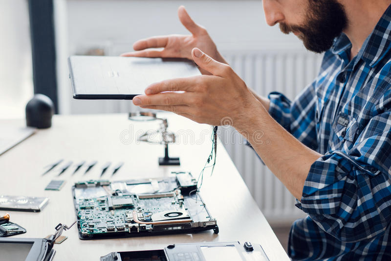 拆卸在电子维修车间的膝上型计算机 免版税库存照片