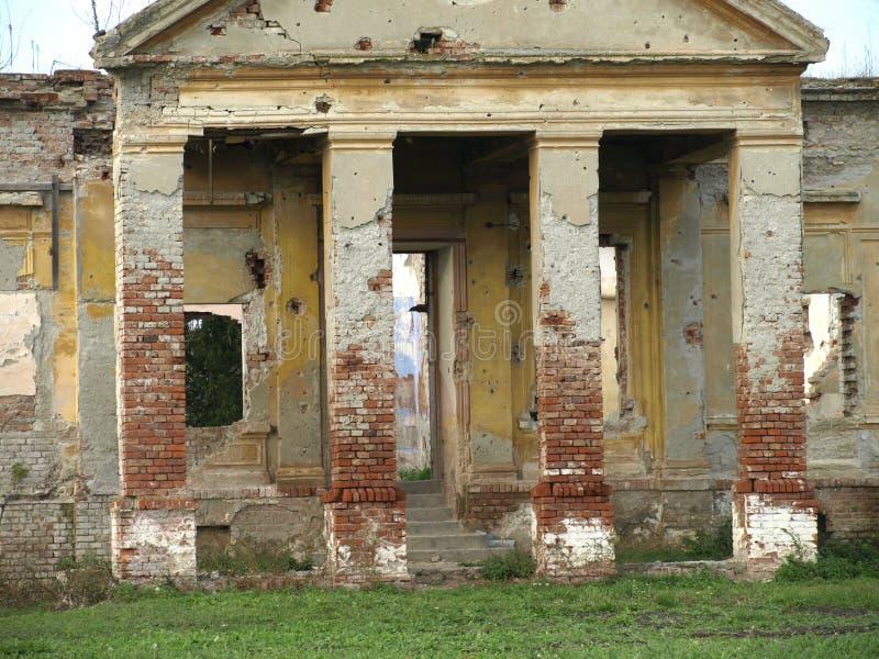 拆毁和毁坏老被放弃的城堡 免版税图库摄影