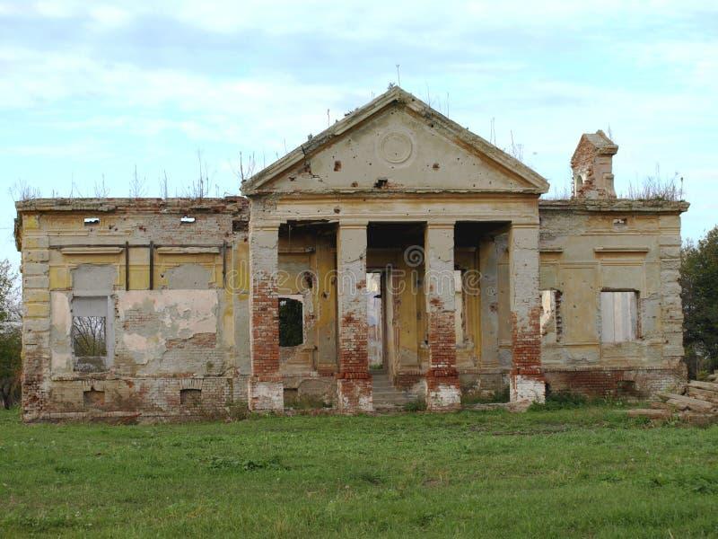 拆毁和毁坏老被放弃的城堡 免版税库存图片