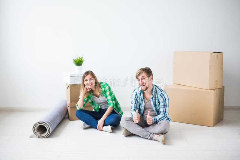 拆迁、不动产和移动的概念-年轻夫妇人民移动了向一栋新的公寓 免版税库存照片