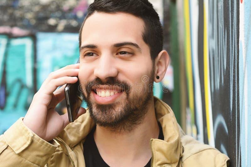 拉丁人谈话在电话 库存照片