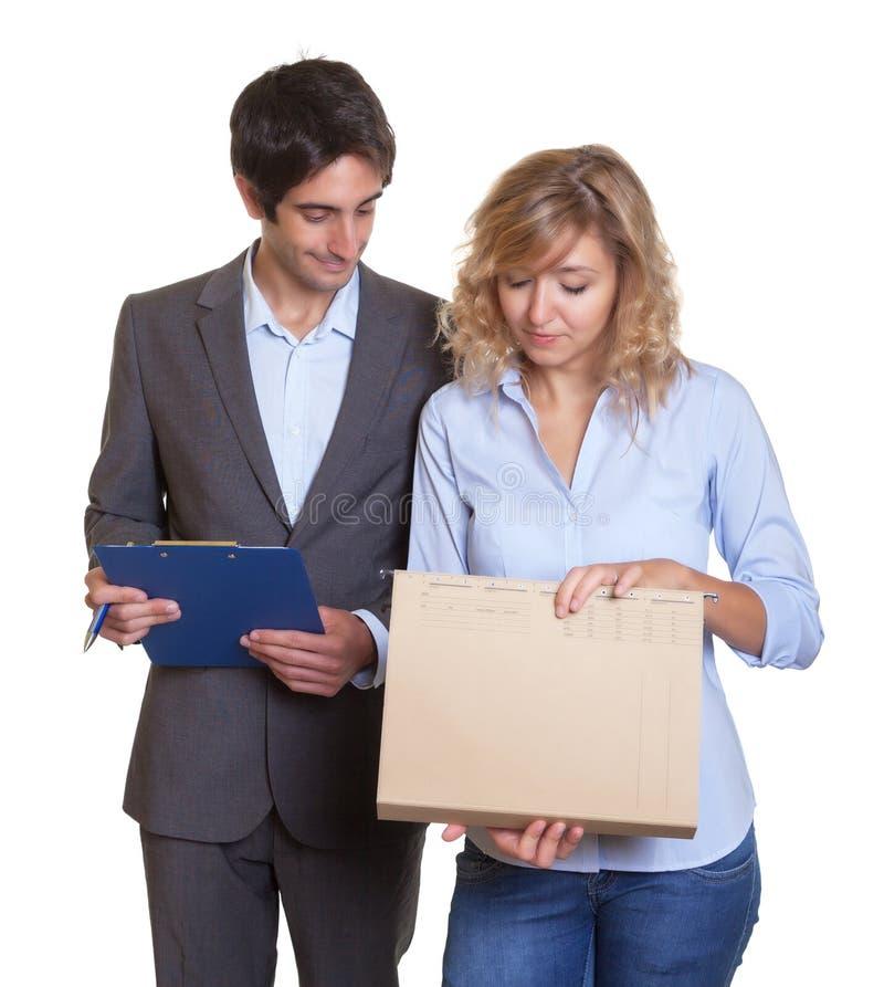 年轻拉丁企业队与商业文件一起使用 免版税库存图片