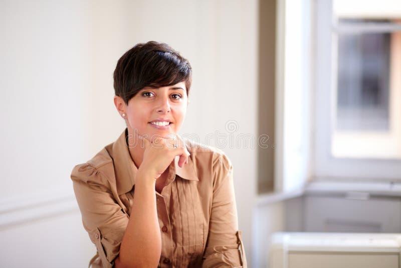 拉丁微笑对您的企业家少妇 库存图片