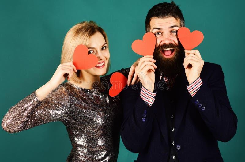 拉丁文和庆祝概念 在爱的夫妇拿着心脏 免版税库存图片