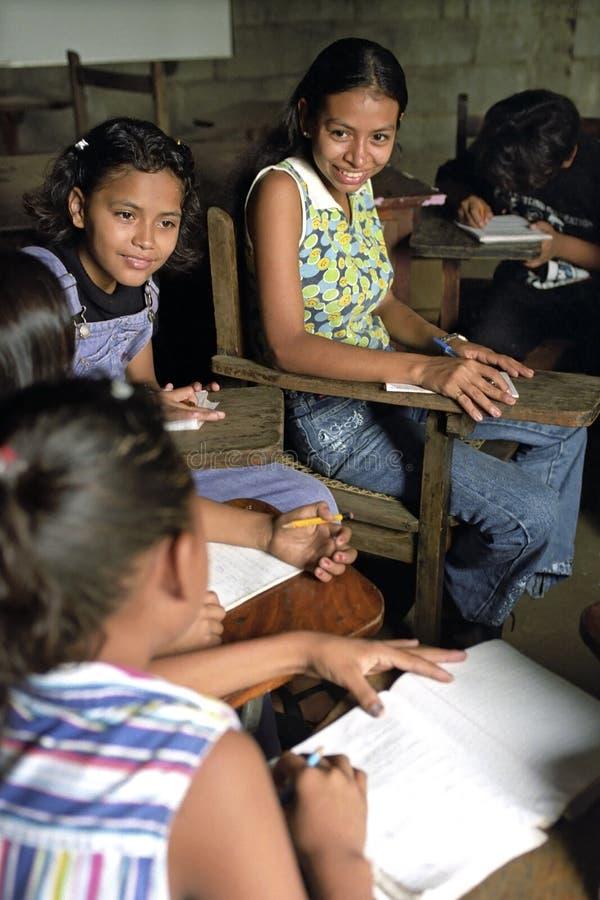 拉丁美州的少妇和女孩获得乐趣,教室 图库摄影