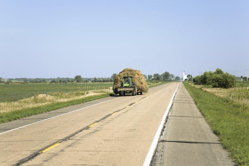 拉下干草的拖拉机 免版税库存照片
