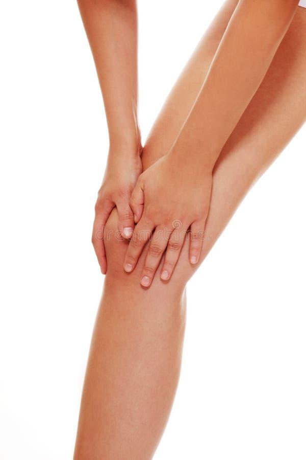 拉伤害膝盖妇女年轻人 库存图片