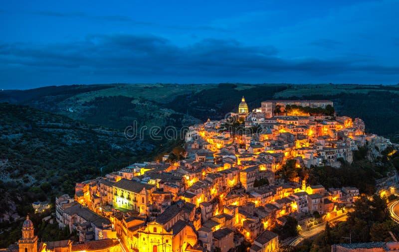拉古萨Ibla在晚上,西西里岛,意大利老镇的看法  免版税库存照片