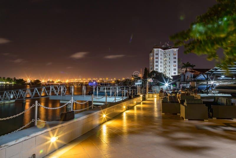 拉各斯小河在与维多利亚岛桥梁的晚上在距离 免版税库存照片