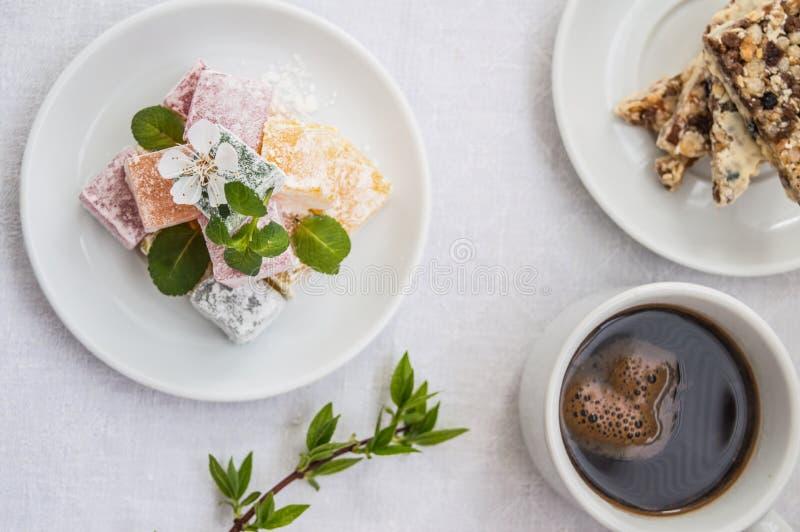 拉哈特欢欣用早餐白色背景的茶 顶视图 库存图片