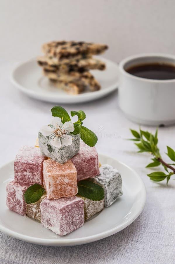 拉哈特欢欣用早餐白色背景的茶 库存图片