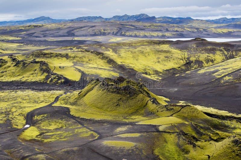 拉基火山火山的裂痕和黑熔岩看起来火山口剧烈的冰岛风景与青山的月亮 库存图片