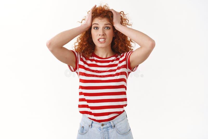 拉屎的妇女麻烦 有吸引力的担心的困惑的和关心的年轻红头发人卷曲妇女劫掠顶头恐慌握紧牙看 库存照片