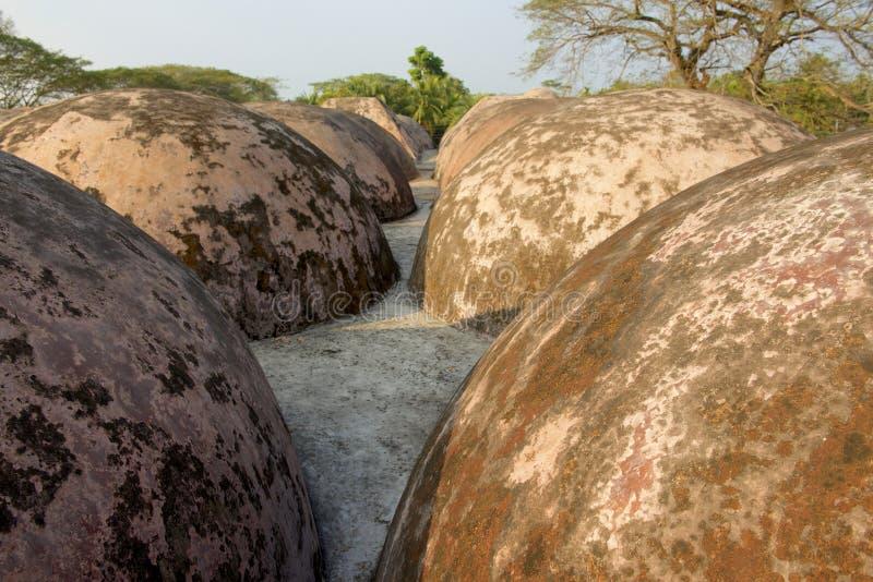 拉屎的Gombuj清真寺屋顶圆顶在Bagerhat,孟加拉国 库存图片