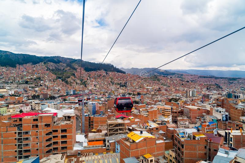 拉巴斯和Mi Teleferico电车鸟瞰图在玻利维亚搭载在埃尔阿尔托市和拉巴斯之间的乘客 库存图片