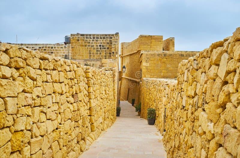 拉巴特城堡,维多利亚,戈佐岛,马耳他狭窄的街道  免版税库存照片