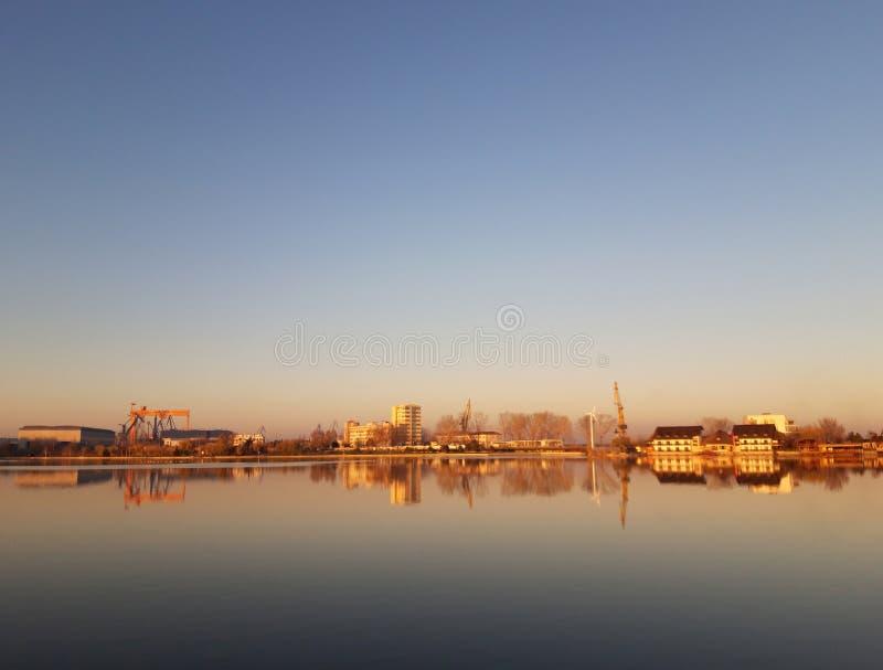 拉库尔·丘佩尔卡 — 罗马尼亚图尔恰 日落时的丘佩卡湖 库存图片