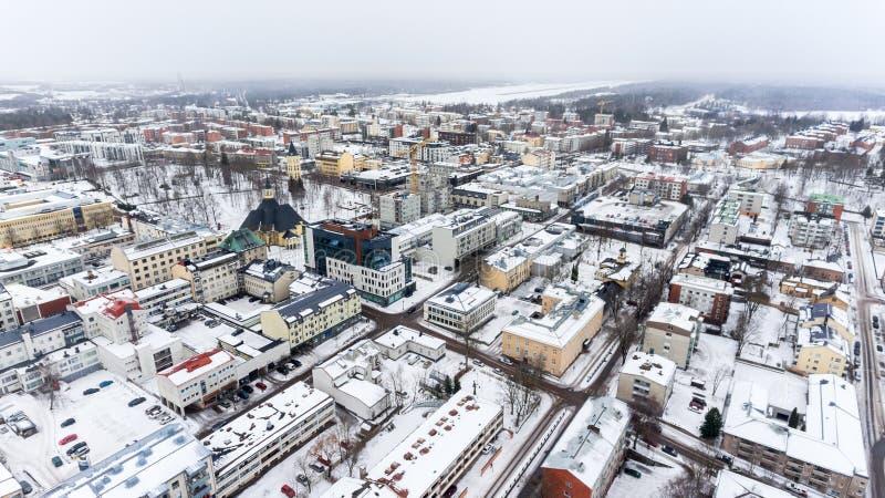 拉彭兰塔市房子五颜六色的多雪的屋顶  积雪的街道和路 芬兰,欧洲 鸟瞰图 库存图片