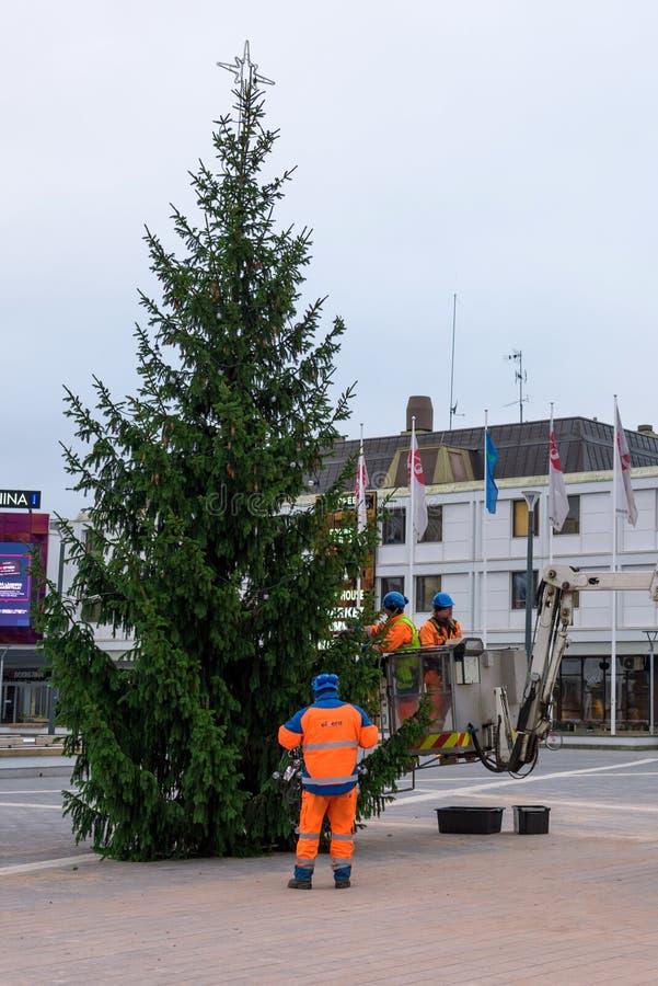 拉彭兰塔,芬兰- 2018年12月01日:工作者装饰在街道上的圣诞树 免版税图库摄影