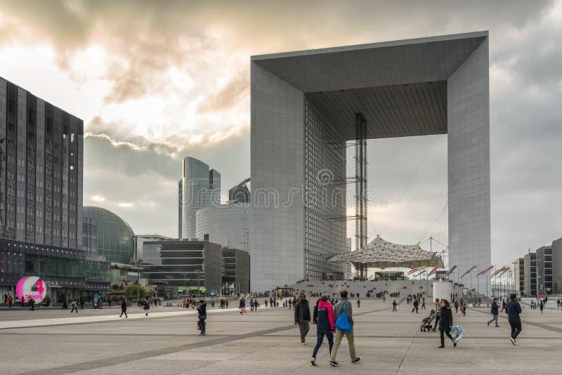 拉德芳斯有摩天大楼和重创的木卫四十三的,巴黎法国商业区 库存图片
