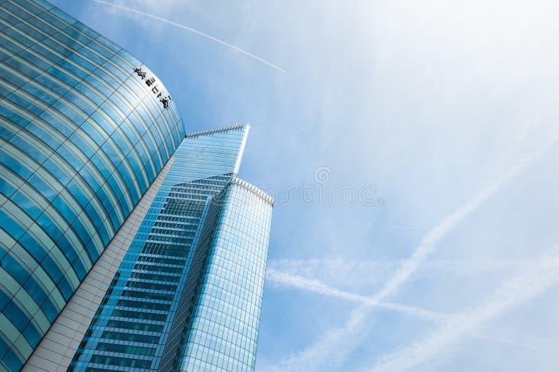 拉德芳斯有现代摩天大楼的商业区在巴黎,法国 免版税库存照片