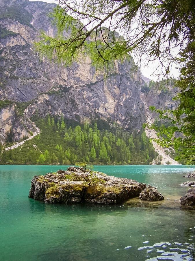 拉戈di Braies,白云岩的湖Braies,意大利在春天 库存照片