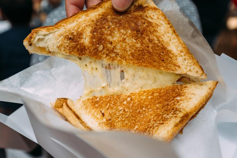 拉扯分开与舒展乳酪的烤乳酪多士里面 库存照片