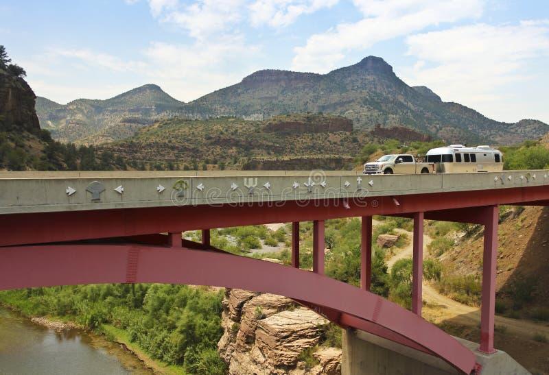 拉扯横跨Salt河峡谷B的提取一辆旅行拖车 库存照片