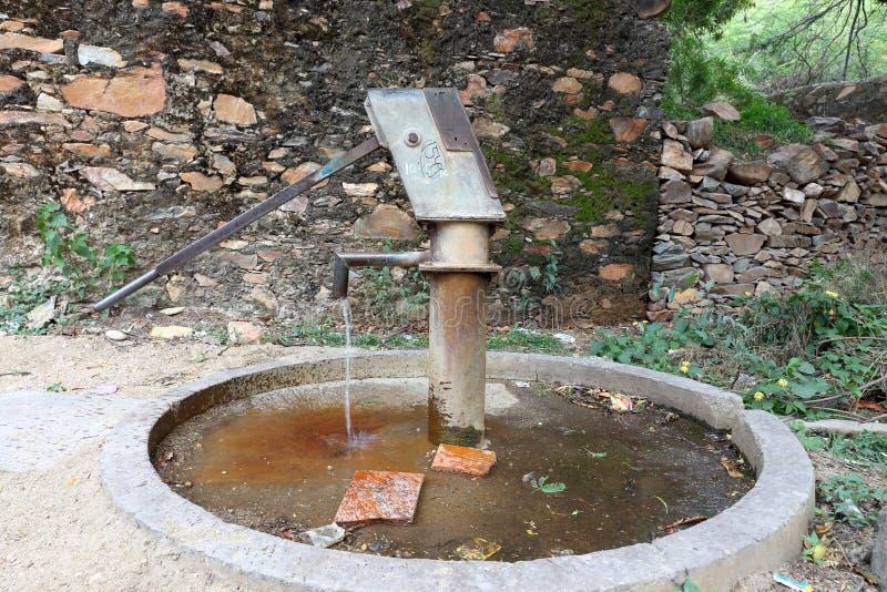拉扯的手泵在地下水下在印度 库存照片