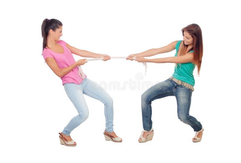 拉扯绳索的两名美丽的妇女 库存图片