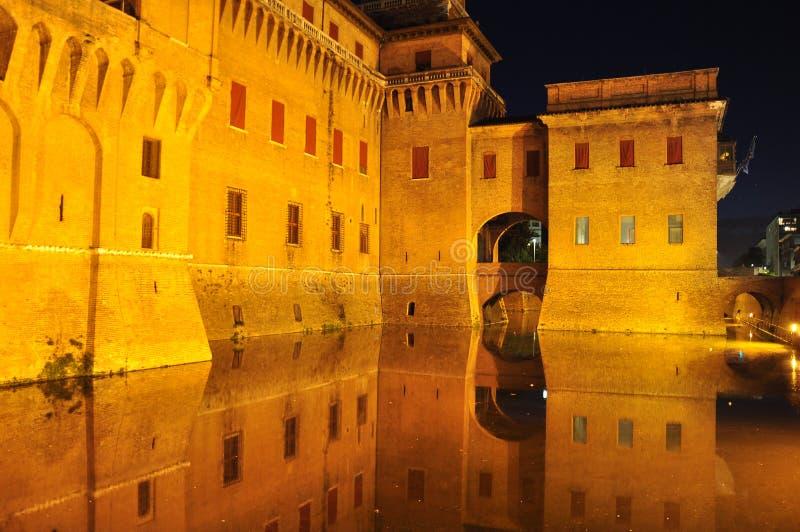 费拉拉意大利 castello estense城堡在夜之前 免版税库存照片