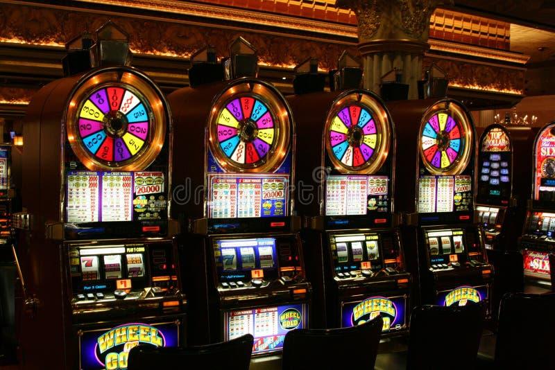 拉斯维加斯内华达,美国- 8月18日 2009年:在金子老虎机轮子的看法在赌博娱乐场 库存照片