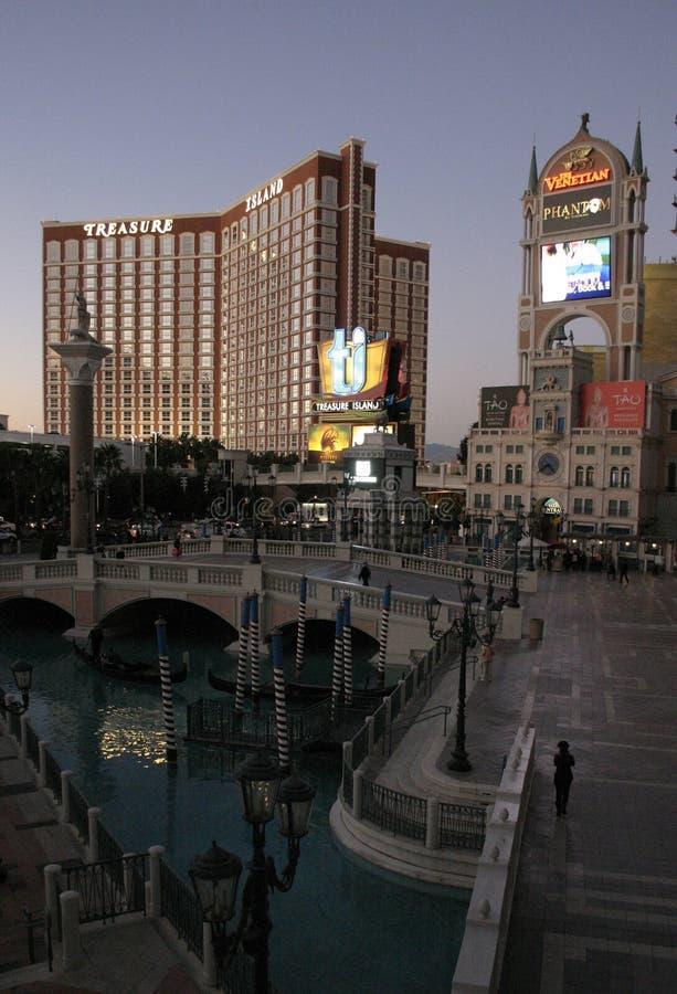 拉斯维加斯夜旅馆和赌博娱乐场的发光的光、照明和照明的 图库摄影