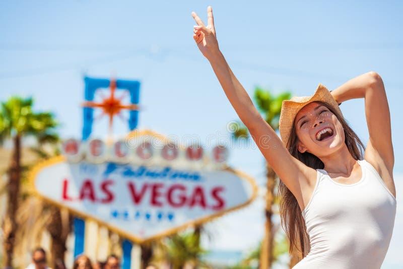 拉斯维加斯标志美国假期旅行旅行尖叫的乐趣美国旅游女牛仔妇女与牛仔帽的喜悦在小条 免版税图库摄影