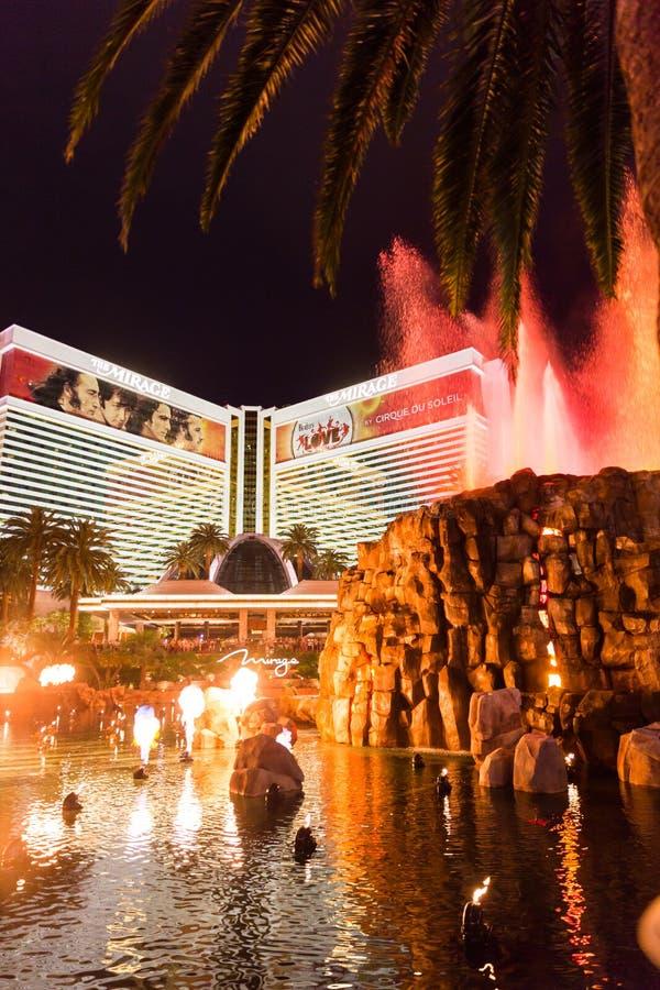 拉斯维加斯,美国- 2015年5月28日:海市蜃楼旅馆和赌博娱乐场手段在与火山展示的晚上 库存图片