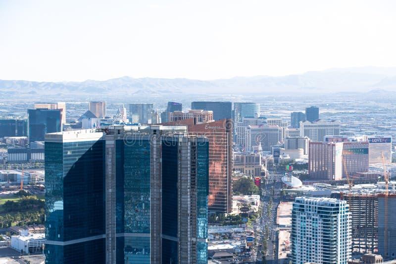 拉斯维加斯, NV,美国09032018 :从日间统温层塔的都市风景与山在背景中 免版税库存图片