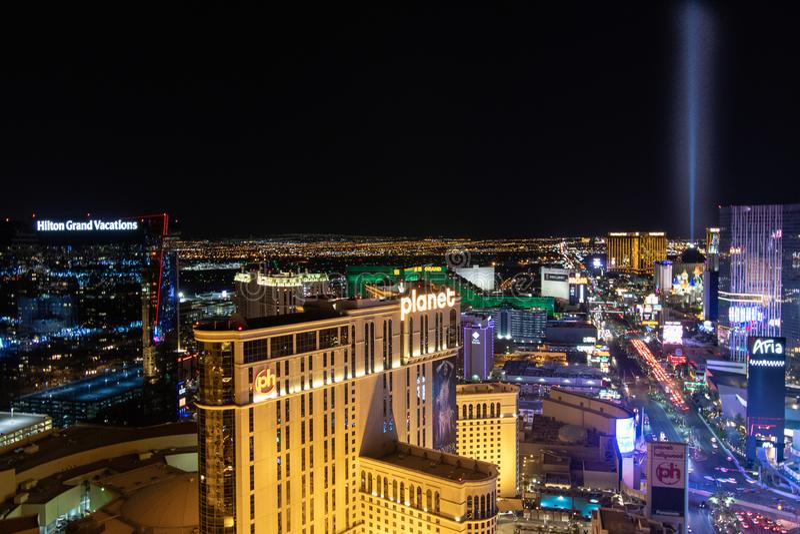 拉斯维加斯, NV,美国09032018 :小条的夜视图与大多的历史旅馆,有在酸碱度和Cosmo的主要焦点的 图库摄影