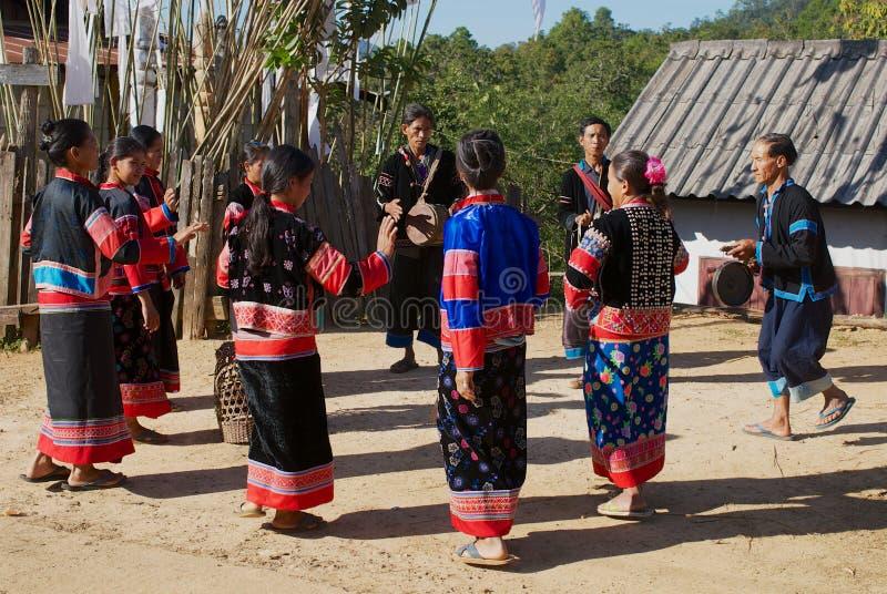 拉祜Muser小山部落的人们在夜丰颂,泰国执行音乐和舞蹈 图库摄影
