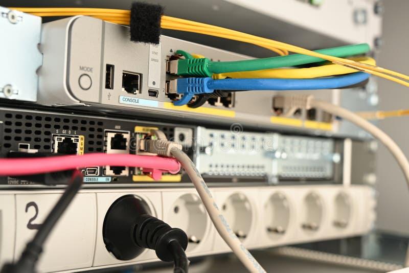 拉策堡、德国、有缆绳的3月18日,2019console从网络服务系统的机架和开关,选择的焦点,狭窄的景深 图库摄影