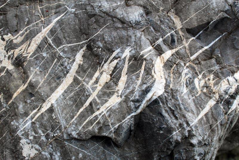 拉紧方解石和石英填装的砍得恨深的伤口在岩石冰砾 库存图片