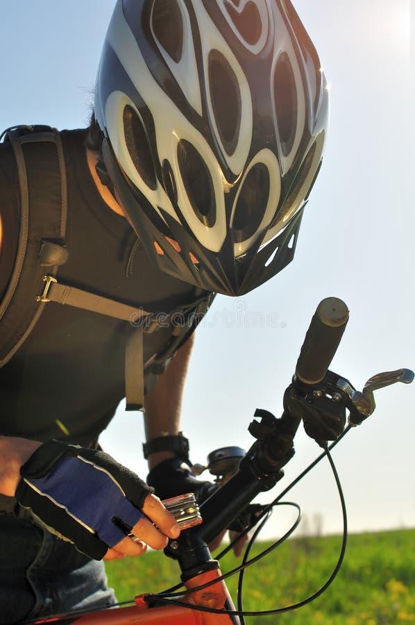拉紧自行车的骑自行车者 免版税库存照片